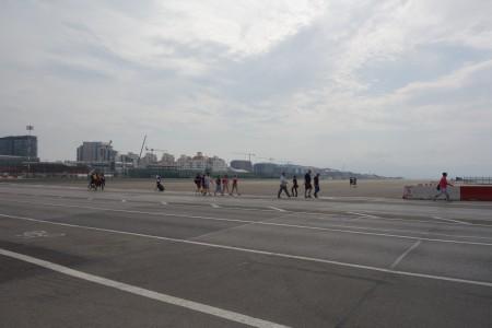 les piétons traversent la piste d'aterrissage Gibraltar