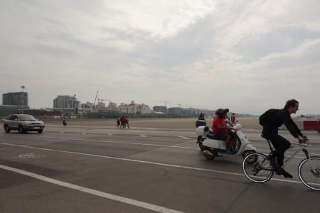 voitures, cyclistes, piétons piste d'aterrissage Gibraltar